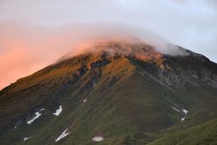 夕陽に赤く染まる羅臼岳(北海道・知床)の写真素材 [FYI04737366]