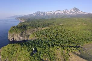 空から見る初夏の断崖と知床連山(北海道・知床)の写真素材 [FYI04737368]