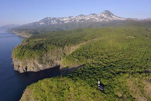 空から見る初夏の断崖と知床連山(北海道・知床)の写真素材 [FYI04737369]