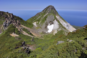 夏の硫黄山(北海道・知床)の写真素材 [FYI04737377]