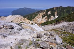 硫黄山から見る知床岬(北海道・知床)の写真素材 [FYI04737378]