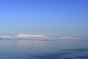 海から見た冬の知床半島(北海道・標津町)の写真素材 [FYI04737382]