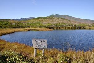 秋の羅臼湖(北海道・知床)の写真素材 [FYI04737388]