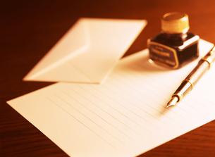 万年筆と手紙とインクの写真素材 [FYI04737527]