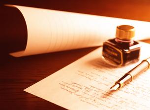 万年筆と手紙とインクの写真素材 [FYI04737528]