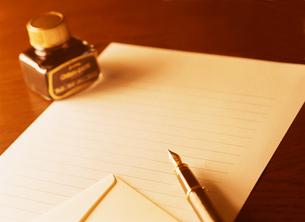万年筆と手紙の写真素材 [FYI04737532]