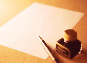 万年筆とインク瓶の写真素材 [FYI04737533]
