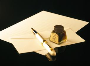 万年筆と便箋とインクの写真素材 [FYI04737537]