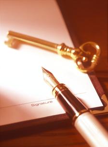 万年筆と鍵の写真素材 [FYI04737540]