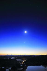 星峠の棚田と夜明けの空に月と星の写真素材 [FYI04737547]