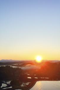 星峠の棚田と朝日の写真素材 [FYI04737549]