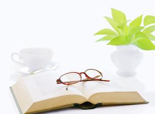 本とメガネとコーヒーの写真素材 [FYI04737571]