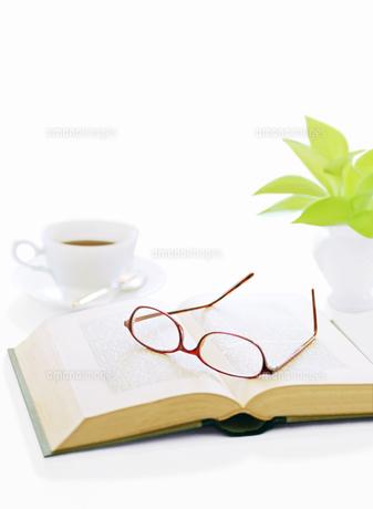 本とメガネとコーヒーの写真素材 [FYI04737572]