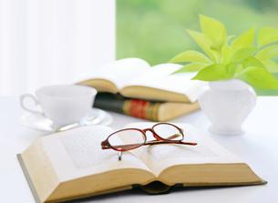 窓辺の本とメガネとコーヒーの写真素材 [FYI04737573]