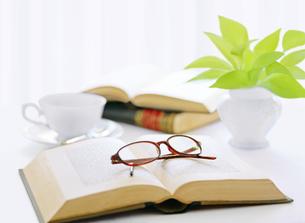 窓辺の本とメガネとコーヒーの写真素材 [FYI04737574]