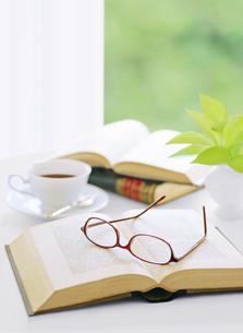 窓辺の本とメガネとコーヒーの写真素材 [FYI04737575]