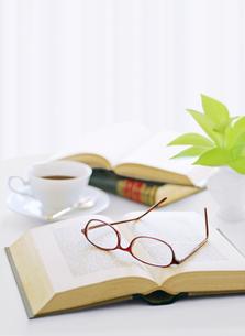 窓辺の本とメガネとコーヒーの写真素材 [FYI04737576]