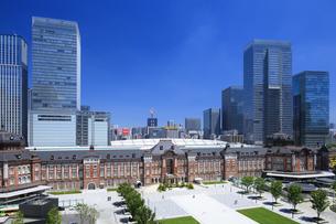 東京駅と高層ビル群の写真素材 [FYI04737738]