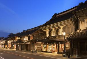川越 蔵造りの町並みの夕景の写真素材 [FYI04737752]