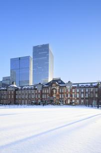 東京駅の雪景色の写真素材 [FYI04737772]