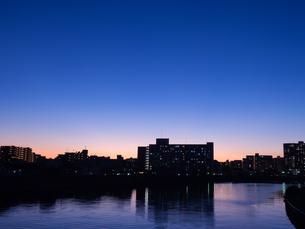 東京都 夕暮れの隅田川とスカイラインの写真素材 [FYI04737834]