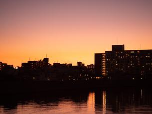 東京都 夕暮れの隅田川とスカイラインの写真素材 [FYI04737879]
