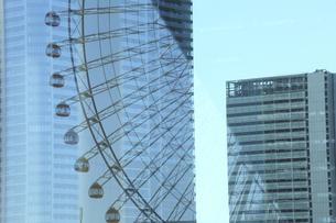 ビルの窓に映り込んだ造形の写真素材 [FYI04737930]
