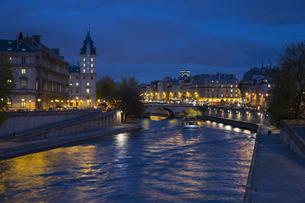 パリ市内を流れるセーヌ川の夕景の写真素材 [FYI04737980]