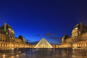 ルーブル美術館の夕景の写真素材 [FYI04737985]