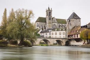 ロワン川沿いのブルゴーニュ門とノートルダム教会の写真素材 [FYI04737996]