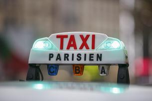 パリのタクシーの写真素材 [FYI04738001]