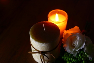白い花とキャンドルの写真素材 [FYI04738037]