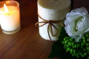 白い花とキャンドルの写真素材 [FYI04738042]