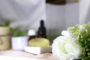 白い花とオイルの瓶とクリームと石鹸の写真素材 [FYI04738046]