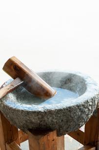 温められた石臼と杵の写真素材 [FYI04738075]