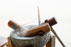 温められた石臼と杵の写真素材 [FYI04738077]