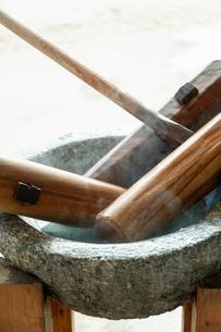 温められた石臼と杵の写真素材 [FYI04738079]
