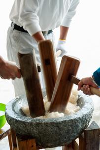 杵で餅米を捏ねる男性の写真素材 [FYI04738082]