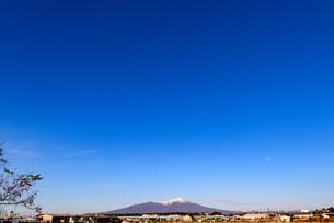 青空と山のイメージの写真素材 [FYI04738133]