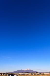 青空と山のイメージの写真素材 [FYI04738134]