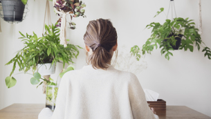 自宅オフィスで仕事する日本人女性の後ろ姿の写真素材 [FYI04738307]
