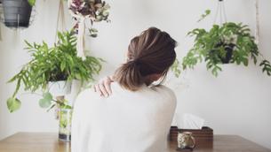 肩こりの女性の後ろ姿の写真素材 [FYI04738308]