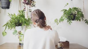 肩こりの女性の後ろ姿の写真素材 [FYI04738309]
