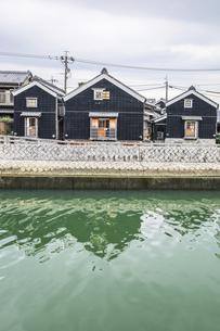 勢田川沿いに建ち並ぶ河崎商人蔵の写真素材 [FYI04738463]