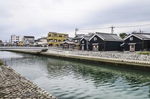 河崎商人蔵を見る勢田川沿いの写真素材 [FYI04738464]