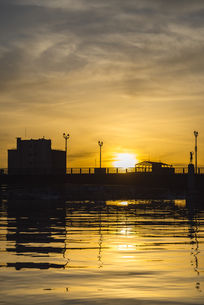 釧路・幣舞橋の夕日の写真素材 [FYI04738611]