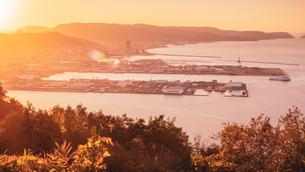 【香川県】屋島の山頂からみる高松市街の様子 夕方の写真素材 [FYI04738654]