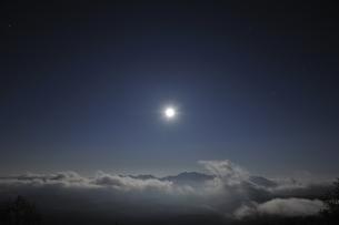銀泉台の月の出(北海道・大雪山)の写真素材 [FYI04738736]