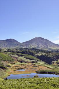 秋の沼と旭岳(北海道・大雪山)の写真素材 [FYI04738762]