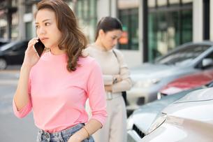 自動車事故の現場でもめている若い女性二人の写真素材 [FYI04738814]
